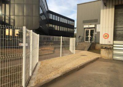 Clôture séparant 1 entreprise et 1 salle de sport sur Saint-Priest