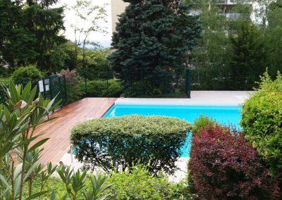 Construction d'une terrasse en bois autour d'une piscine collective existante